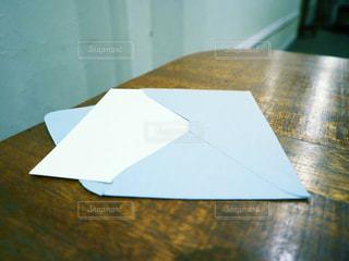 テーブルの上の封筒の写真・画像素材[2873439]