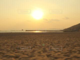 ビーチに沈む夕日の写真・画像素材[2888672]