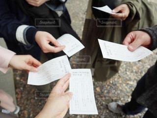 紙を見ている人々のグループの写真・画像素材[2900475]