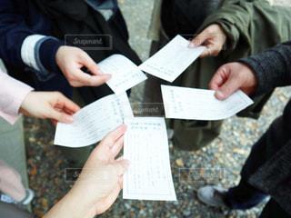 紙を見ている人々のグループの写真・画像素材[2900476]