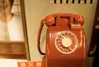 テーブルの上の電話の写真・画像素材[2907044]
