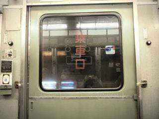 地下鉄の列車に座っている旅客バスの写真・画像素材[2937529]