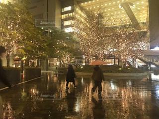 夜,雨,傘,水面,都会,高層ビル,明るい,大阪駅,うめきた,シャンパンゴールド