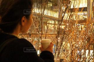 女性,1人,コーヒー,イルミネーション,人,シャンパンゴールド