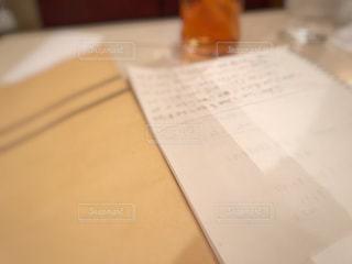 テーブルの上のチラシの積み重ねの写真・画像素材[3002718]