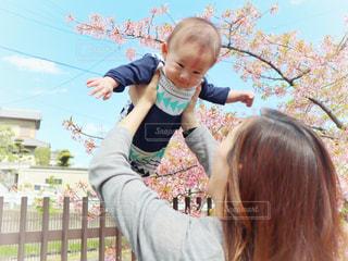子ども,風景,空,春,桜,ファミリー,親子,青空,花見,サクラ,お花見,人,笑顔,赤ちゃん,幼児,遊び場,ママ,河津桜,たかいたかい,さくら,だっこ,あやす,淀水路