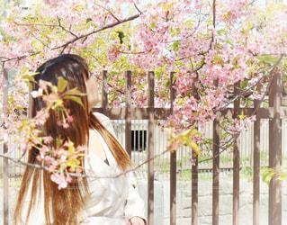 フェンスの前に立っている人の写真・画像素材[3045822]