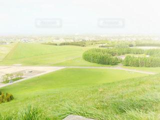 草原に座っている人の写真・画像素材[3162882]