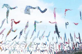 空に凧を飛ばす人々のグループの写真・画像素材[3258632]