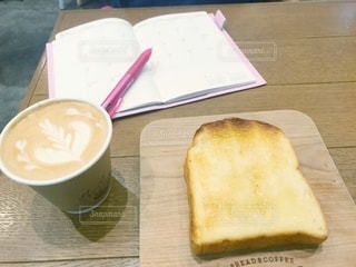 カフェ,コーヒー,朝食,屋内,ピンク,室内,パン,テーブル,ノート,カップ,朝,資格,勉強,モーニング,ドリンク,ビジネス,軽食,自宅,朝活,手帳,自習,学習,取得,自宅学習