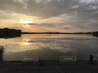 水の体に沈む夕日の写真・画像素材[3399385]