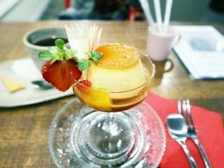 食べ物の皿をテーブルの上に置くの写真・画像素材[3413031]