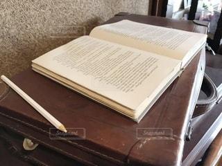 テーブルの上に座っているスーツケースの写真・画像素材[3441078]