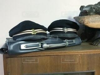 木製のテーブルの上に座っている荷物の袋の写真・画像素材[3441067]