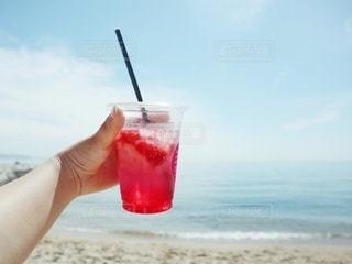 飲み物,海,インテリア,夏,赤,ジュース,ビーチ,カラフル,水,氷,ガラス,爽やか,いちご,コップ,ストロー,食器,ソーダ,ドリンク,ライフスタイル,プラカップ,いちごソーダ