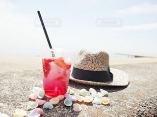 飲み物,海,インテリア,夏,赤,ジュース,ビーチ,カラフル,水,帽子,貝殻,氷,ガラス,爽やか,いちご,コップ,ストロー,食器,ソーダ,ドリンク,ハット,ライフスタイル,プラカップ,いちごソーダ