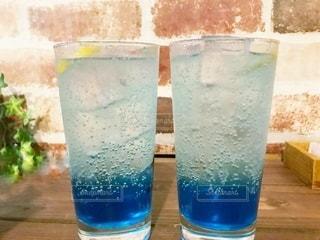 青いコップを持つグラスの写真・画像素材[3491452]