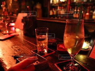 飲み物,インテリア,お酒,水,かっこいい,手,暗い,氷,ガラス,喫煙,コップ,キャンドル,食器,ボトル,大人,カクテル,バー,ドリンク,デート,酒,雰囲気,灰皿,ライフスタイル,カウンター,手元,ハイボール,たばこ