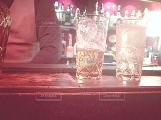 飲み物,風景,インテリア,夜,お酒,水,氷,ガラス,テーブル,コップ,食器,ボトル,バーテンダー,大人,カクテル,ウイスキー,バー,ドリンク,デート,ライフスタイル,カウンター,ハイボール,二杯,バーデン
