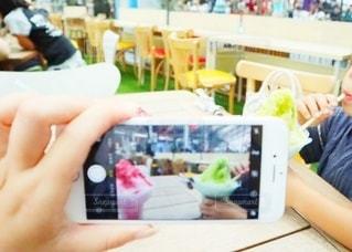 携帯電話を使う人の写真・画像素材[3595344]