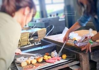 食べ物をテーブルの上で調理する人の写真・画像素材[3596192]