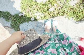 ファッション,帽子,手,手持ち,スカート,人物,人,ポートレート,ハット,ライフスタイル,花柄,手元,アイテム,履物,ファッションアイテム