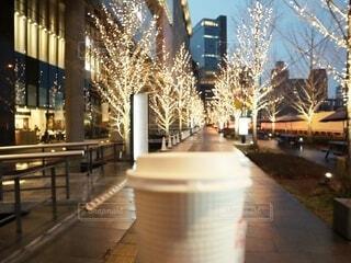コーヒー,手持ち,イルミネーション,人物,紙コップ,ポートレート,明るい,ほっこり,ライフスタイル,テイクアウト,手元,ホットコーヒー
