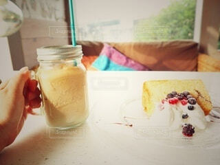 テーブルの上に座っているケーキの写真・画像素材[3770794]