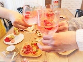 クリスマスパーティーで乾杯!の写真・画像素材[3988696]