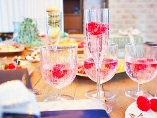 ホームパーティーで乾杯の写真・画像素材[3988709]