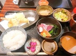 テーブルの上に異なる種類の食べ物が詰まったボウルの写真・画像素材[4131920]