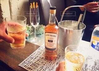 テーブル,ボトル,カップ,カクテル,ウイスキー,ドリンク,アルコール,飲料,ハイボール,アンバサダー,おうち時間