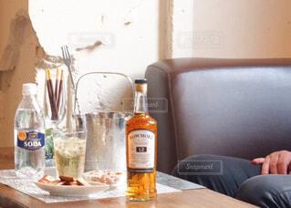 食べ物,屋内,テーブル,人物,壁,人,ボトル,カップ,ドリンク,アルコール,サントリー,アンバサダー,アルコール飲料