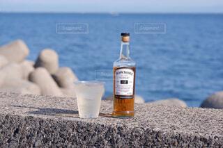 食べ物,空,屋外,水面,テーブル,人物,人,ボトル,カップ,ドリンク,アルコール,サントリー,飲料,アンバサダー,アルコール飲料
