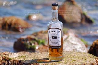 屋外,ビーチ,水面,岩,ボトル,ドリンク,アルコール,サントリー,飲料,アンバサダー,アルコール飲料