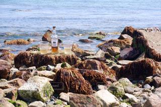 自然,海,空,屋外,ビーチ,手,水面,海岸,山,岩,人物,人,ボトル,灯台,ウイスキー,ドリンク,アルコール,サントリー,飲料,アンバサダー,アルコール飲料,ソフトド リンク