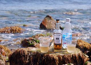 海,空,屋外,ビーチ,手,水面,人物,人,ボトル,ウイスキー,ドリンク,アルコール,サントリー,飲料,アンバサダー,アルコール飲料,ソフトド リンク