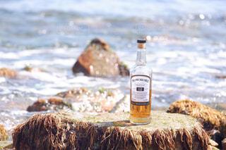 海,空,屋外,手,水面,人物,人,ボトル,ウイスキー,ドリンク,アルコール,サントリー,飲料,アンバサダー,アルコール飲料
