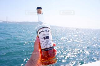 海,空,屋外,手,水面,人物,人,ボトル,ウイスキー,ドリンク,アルコール,サントリー,飲料,アンバサダー,アルコール飲料,ソフトド リンク