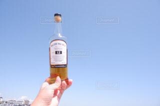 空,屋外,ビーチ,手,水面,人物,人,ボトル,ウイスキー,ドリンク,サントリー,飲料,アンバサダー,アルコール飲料