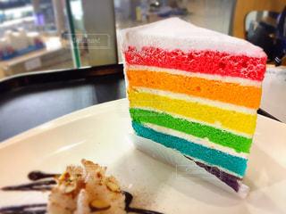 近くに皿の上のケーキのアップの写真・画像素材[1537509]