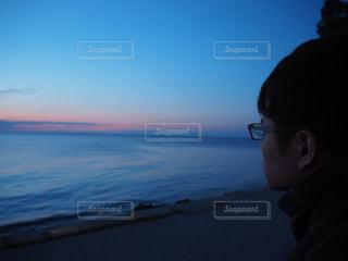 男性,30代,海,秋,冬,青,夕焼け,夕暮れ,海辺,夕方,男,眼鏡,グラデーション