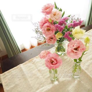 テーブルの上のピンクの花で一杯の花瓶の写真・画像素材[1791642]
