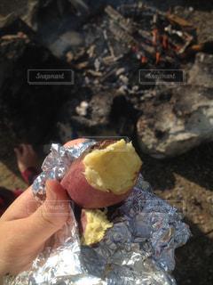 焚き火で焼き芋の写真・画像素材[1805230]