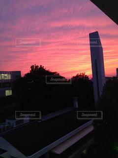 大学の校舎から見えた茜空の写真・画像素材[1860486]