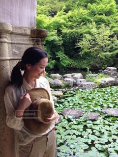 池の前に立っている女性の写真・画像素材[1867926]