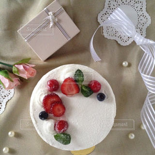 手作りのいちごのショートケーキでお祝いの写真・画像素材[1882450]