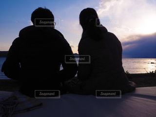海を眺めるカップルの後ろ姿の写真・画像素材[2070227]