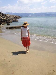 女性,20代,海,夏,ピンク,太陽,白,帽子,一人,スカート,洋服,麦わら帽子,浜辺,プライベートビーチ,デート,和歌山,Tシャツ,夏服,半袖,夏コーデ,半袖コーデ