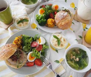 彩り野菜とハンバーガープレートで朝ごはんの写真・画像素材[2482368]